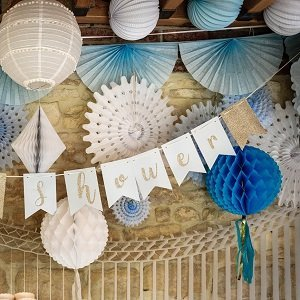pompons-lampions-baby-shower-decoration-baby-shower-pompons-bleus