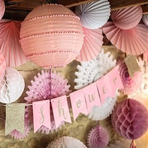 pompons-lampions-baby-shower-decoration-baby-shower-pompons-roses
