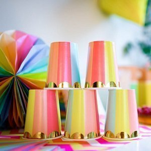 anniversaire-enfant-theme-multicolore-decoration-de-table-gobelets