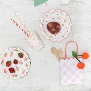 anniversaire-fille-theme-fraises-et-cerises-deco-de-table-assiettes-gobelets