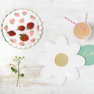 anniversaire-fille-theme-fraises-et-cerises-deco-de-table-assiettes-marguerite