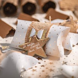 anniversaire-fille-theme-kraft-et-dore-pochettes-cadeaux-invites-blanches-pois-dores