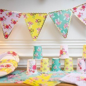 anniversaire-fille-theme-liberty-colore-deco-de-table-guirlandes-gobelets