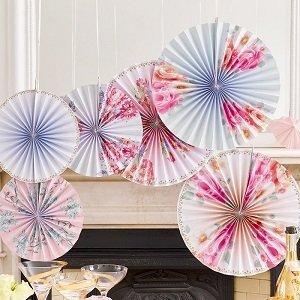 decoration-salle-anniversaire-fille-rosaces-eventails-fleurs-liberty
