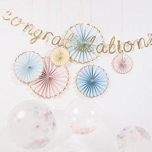 decoration-salle-anniversaire-fille-rosaces-eventails-guirlande